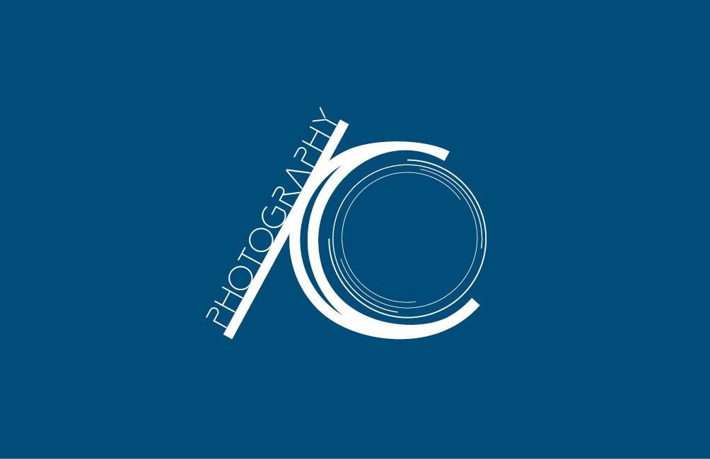 Logo Ioana Calin Photography blanc sur fond bleu (branding).